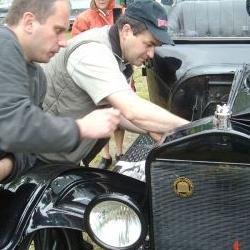 Mężczyźni naprawiający auto